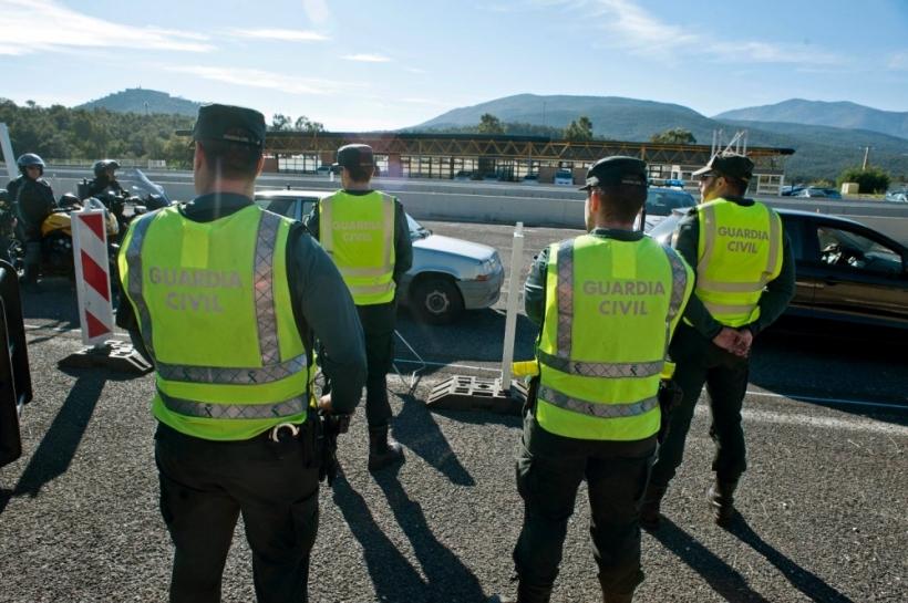 Guardias civiles de Tráfico trabajando