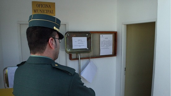Guardia civil en colegio electoral