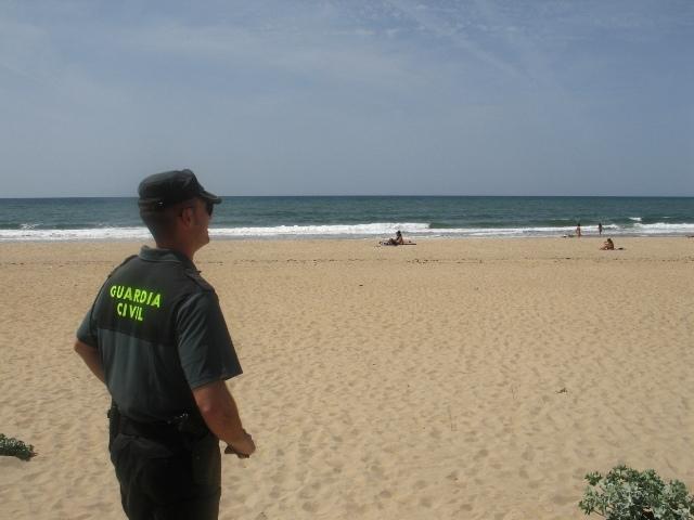 Guardia civil vigilando una playa