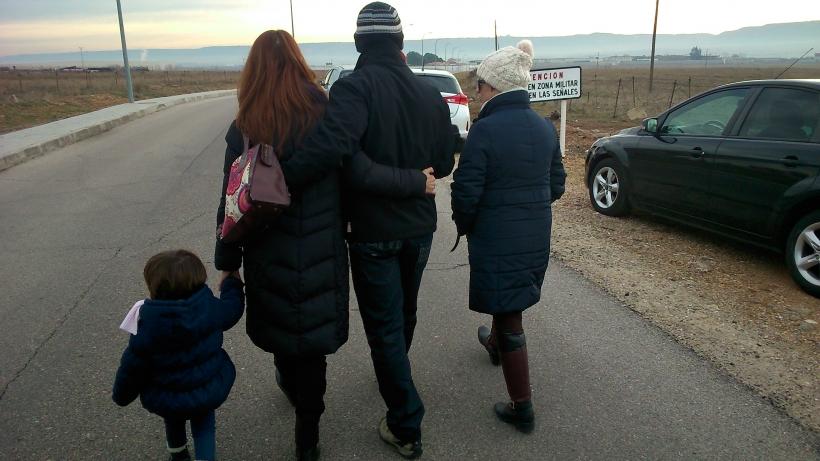 Sergio, acompañado por su familia, en el momento de dirigirse a prisión
