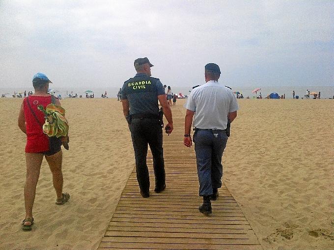 Guardia civil trabajando en verano
