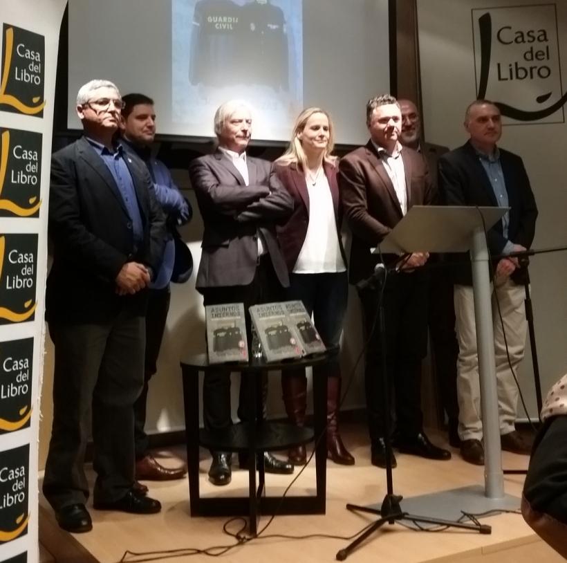 Foto de grupo con los intervinientes en la presentación de Asuntos Internos