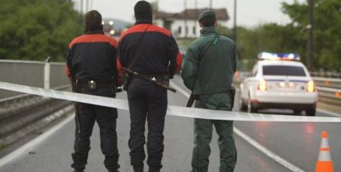 Dos ertzainas junto a un guardia civil en el País Vasco
