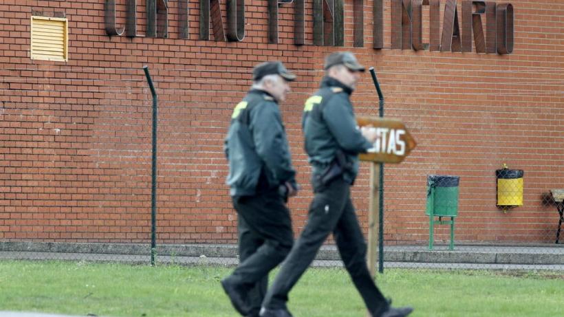Dos guardias civiles vigilando el perímetro de una prisión