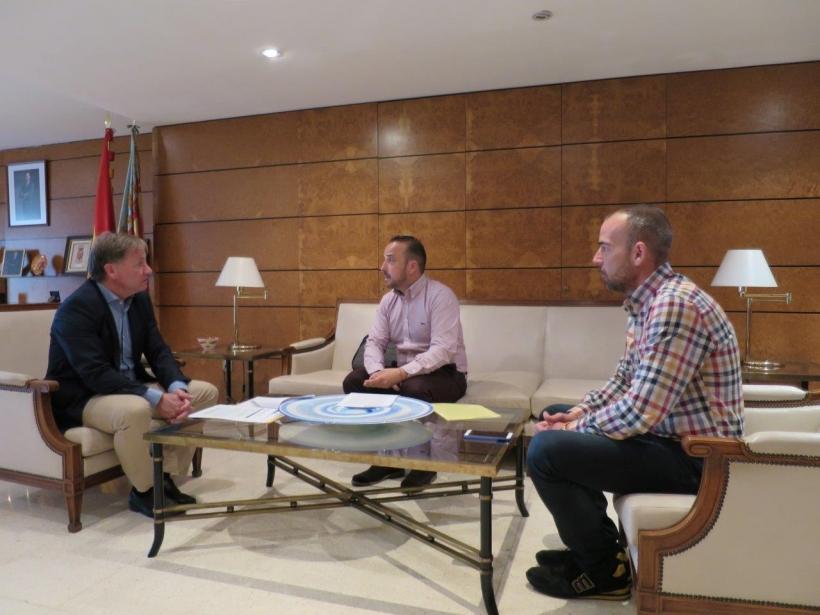 Representantes de AUGC en la Comunitat Valenciana, con el delegado del Gobierno