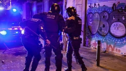 Mossos d'Esquadra enfrentándose a los disturbios