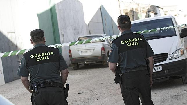 Dos guardias civiles trabajando
