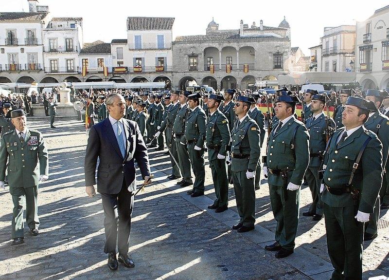 El director general de la Guardia Civil pasa revista el pasado mes de noviembre en la plaza mayor de la localidad cacereña de Trujillo.