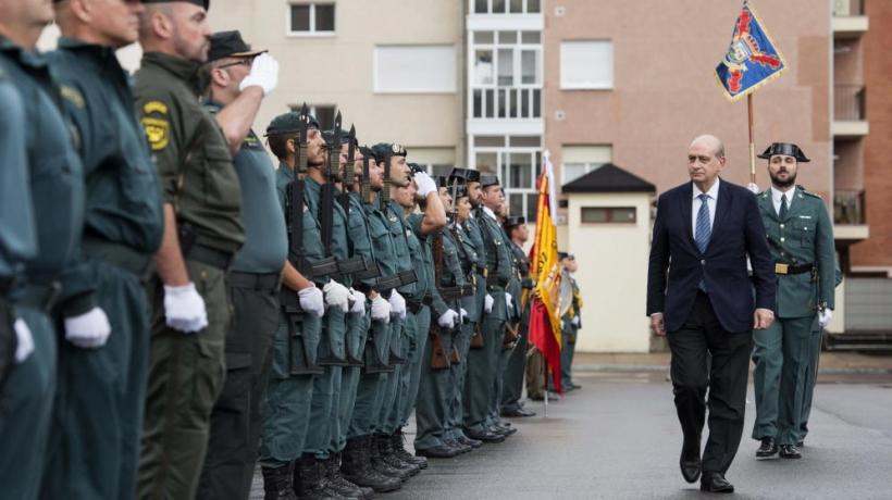 El ministro del Interior pasa revista a una formación de la Guardia Civil.