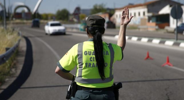 Una guardia civil en un control de tráfico