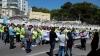 Familiares y compañeros de los guardias civiles sancionados se concentraron junto a representantes de la sociedad de Cádiz.