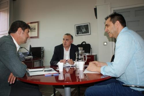 El secretario general de AUGC, Alberto Moya (centro), y el secretario nacional de Formación, Manuel Moya (derecha), con Juan Ávila, secretario general de la FEMP.