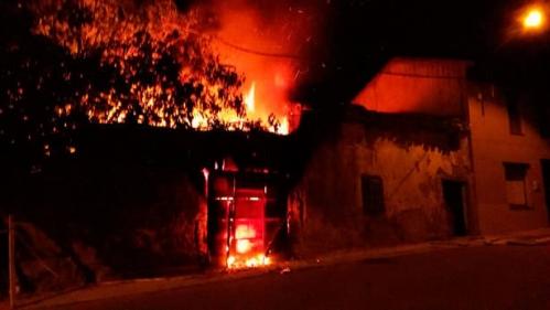 Imagen del incendio de la casa en la localidad leonesa de Valderas.