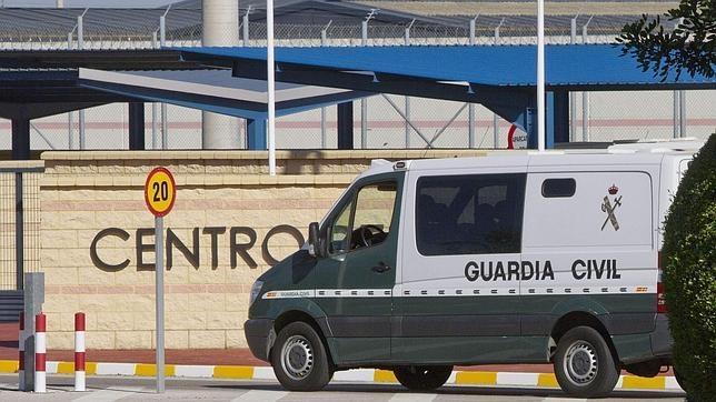 Un furgón de la Guardia Civil accede a un recinto penitenciario.