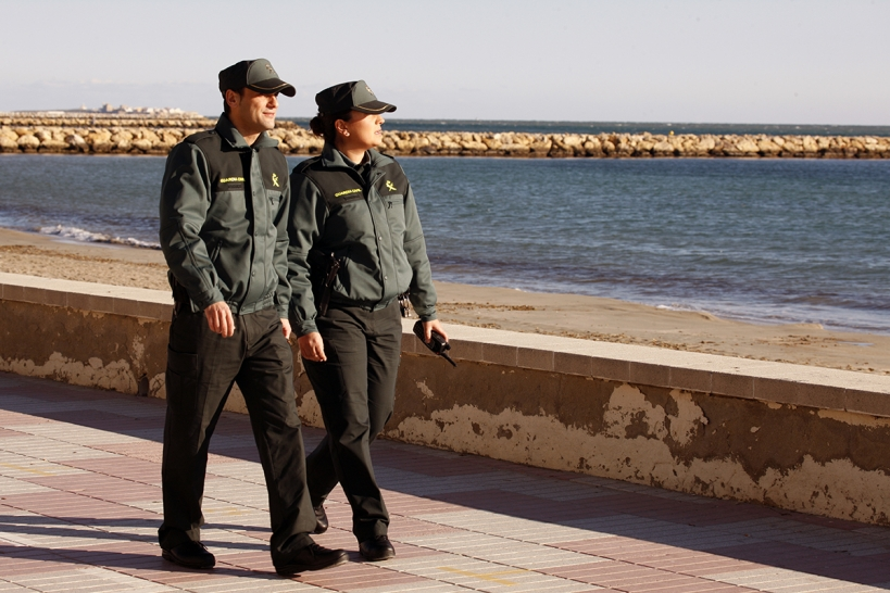 Una pareja de Seguridad Ciudadana de servicio en una localidad costera.