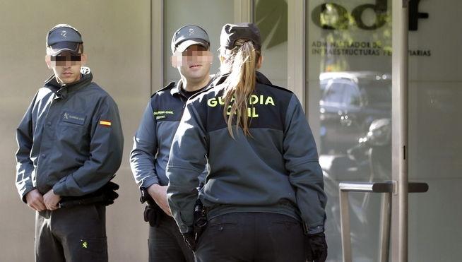 Una guardia civil con dos compañeros durante un servicio.