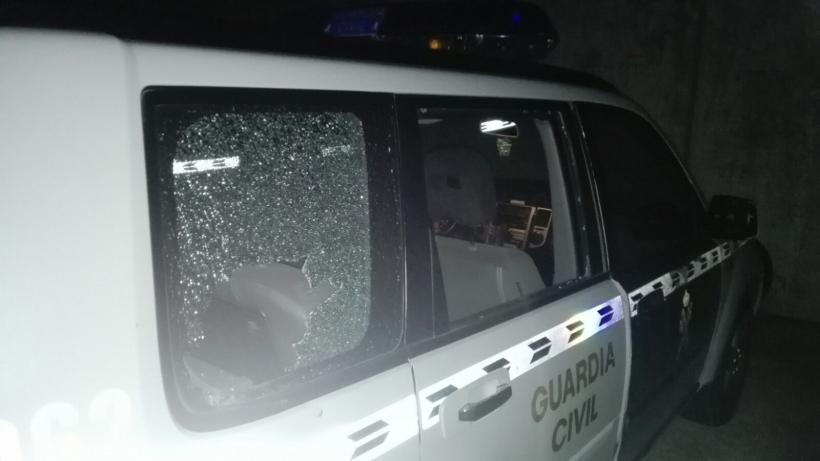 Estado del vehículo oficial tras haber sufrido la agresión.
