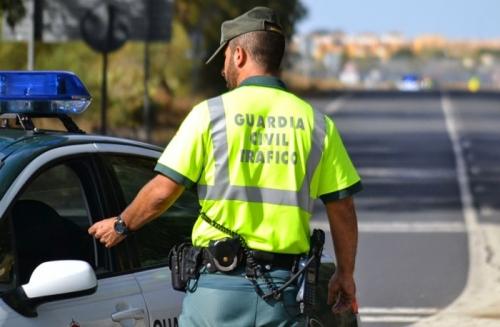 Un guardia civil en una patrulla de Tráfico
