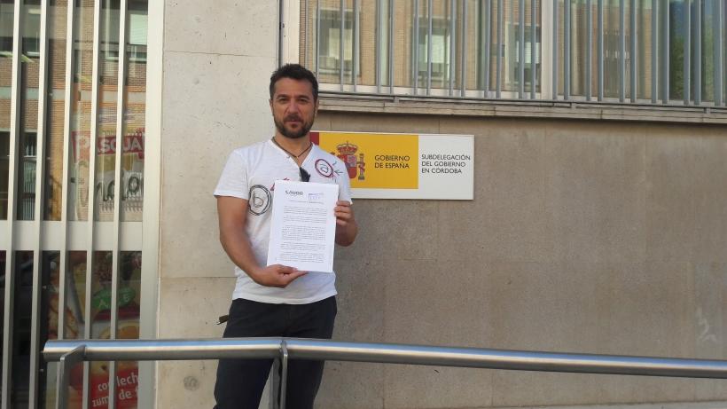 El secretario general de AUGC en Córdoba, Juan Ostos, con el escrito que ha entregado.