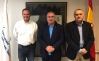 El secretario de Organización de AUGC, José Cabrera Farfán (izda.) y el secretario general de AUGC, Alberto Moya, flanquean al presidente de la AVT, Alfonso Sánchez.