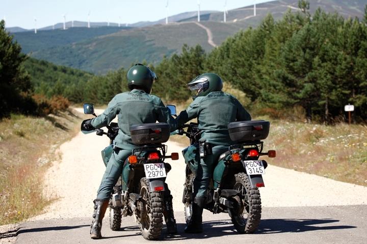 Dos agentes del Seprona sobre sus respectivas motocicletas
