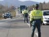 Guardias civiles de Tráfico vigilan el tránsito en una vía.