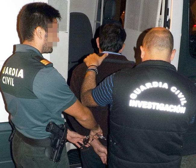 Dos agentes con un detenido.