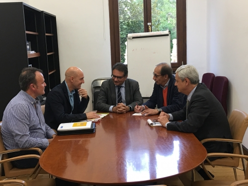 José Cabrera Farfán (izquierda) y Juan Liébana (a su lado), junto con representantes del Defensor del Pueblo.