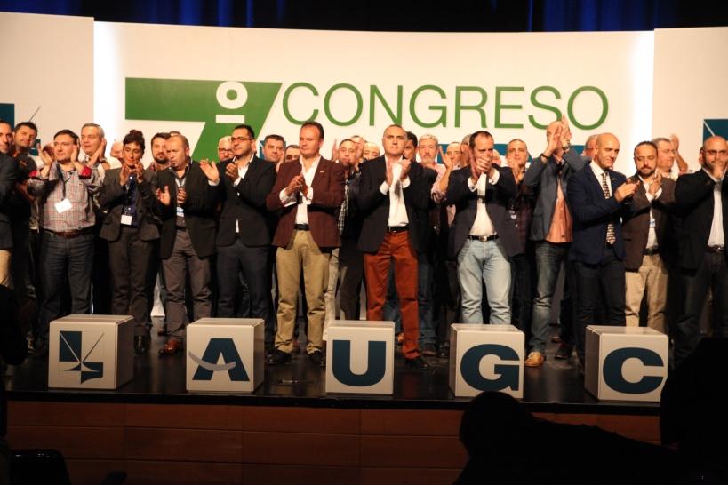La Junta Directiva Nacional de AUGC y otros representantes de la organización saludan a los asistentes desde el escenario al finalizar el 7º Congreso Nacional