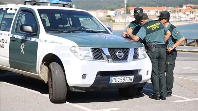 Captura del vídeo de EFE en el que se aprecia el lamentable estado de los neumáticos del vehículo oficial de la Guardia Civil.