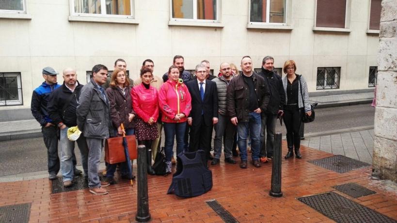 Alicia Sánchez, en el centro, con anorak rojo y pantalones vaqueros, posa con representantes de AUGC antes de prestar declaración.