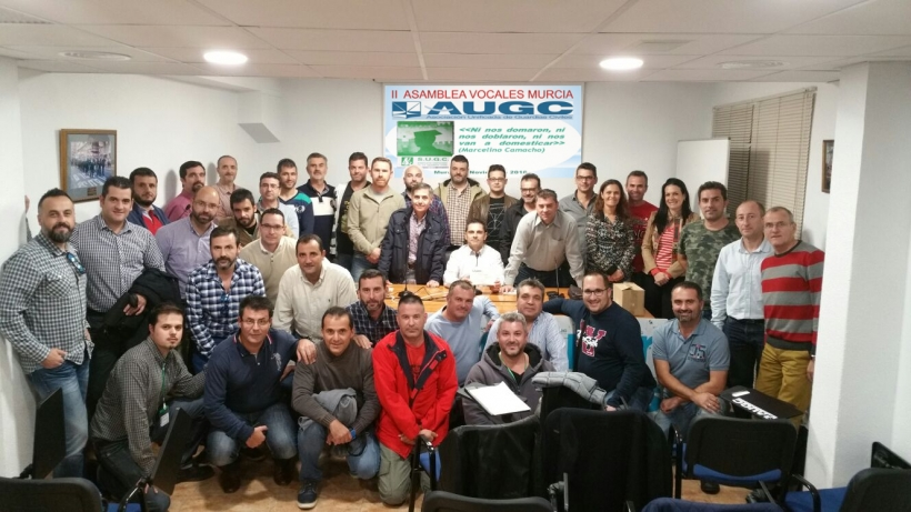 Los asistentes a la Asamblea de Vocales de AUGC Murcia posan juntos tras la celebración del evento.