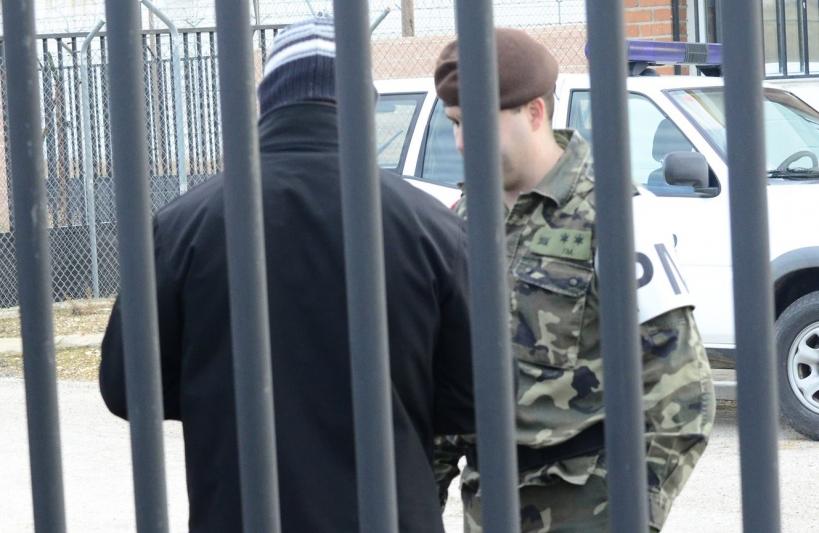 Un guardia civil entrando en prisión por la aplicación del Código Penal Militar.