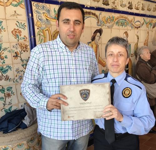 Alfonso Merino, secretario provincial de AUGC Barcelona-Girona, con el diploma de reconocimiento que le entregó la presidenta de la Asociación Gaylespol, Isabel Tapia.