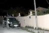 Un vehículo de la Guardia Civil, junto al domicilio de Alahurín de la Torre donde se cometieron los crímenes