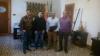 Los representantes de AUGC posan con el alcalde de Peñarroya