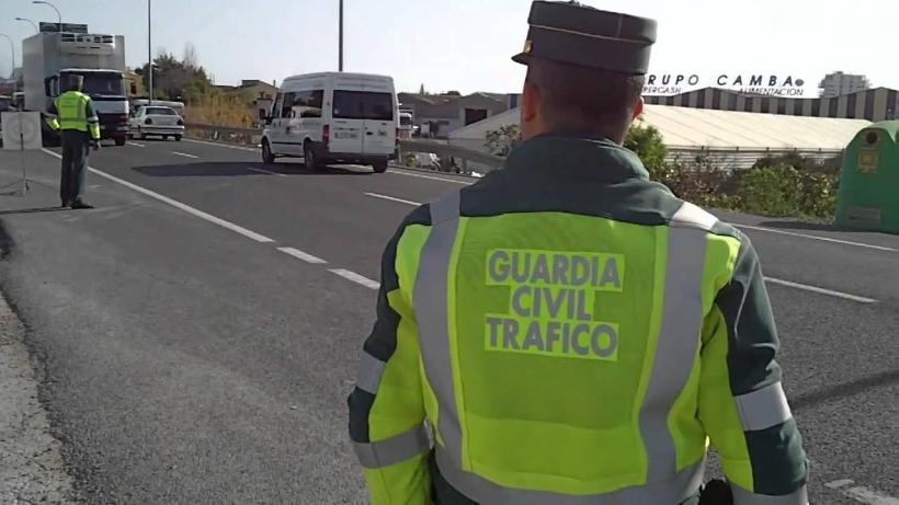 Dos guardias civiles vigilan el tráfico.