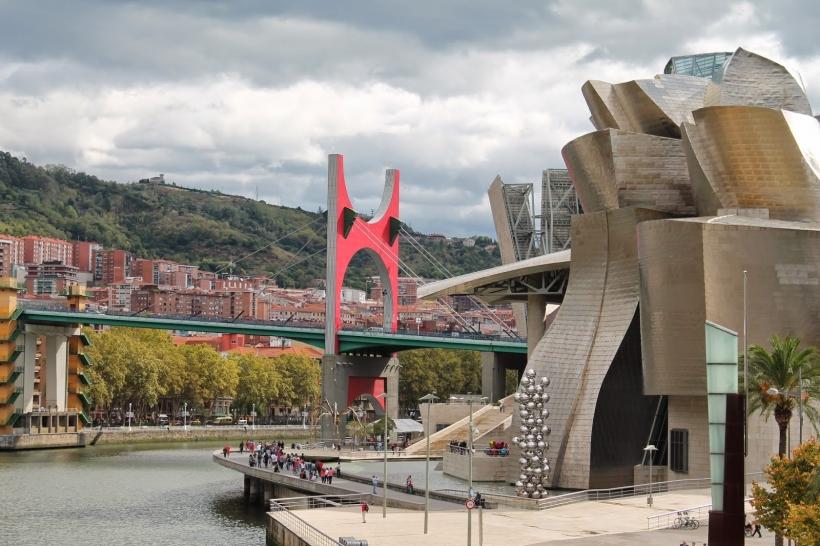 Puente de La Salve y Museo Guggenheim, en Bilbao
