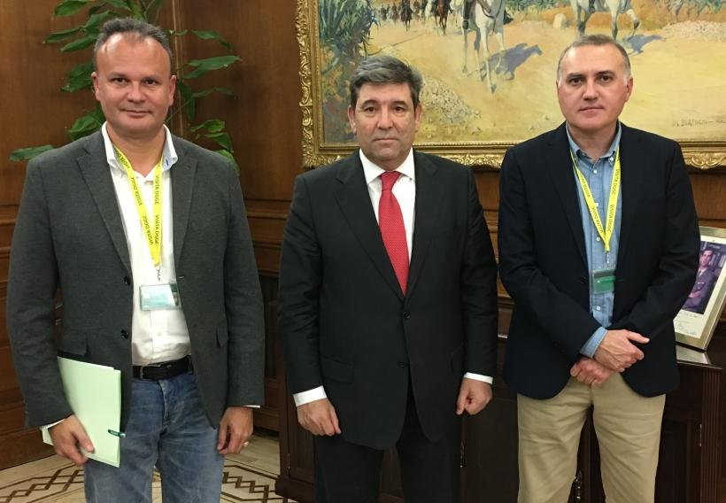 El Director General de la Guardia Civil, José Manuel Holgado, flanqueado por el secretario general de AUGC, Alberto Moya (derecha) y el secretario de Organización, José Cabrera Farfán.