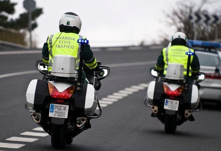 Dos motoristas de la Guardia Civil.