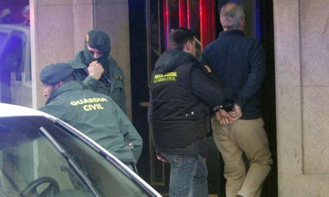 Alfonso Basterra, conducido por agentes de la Guardia Civil