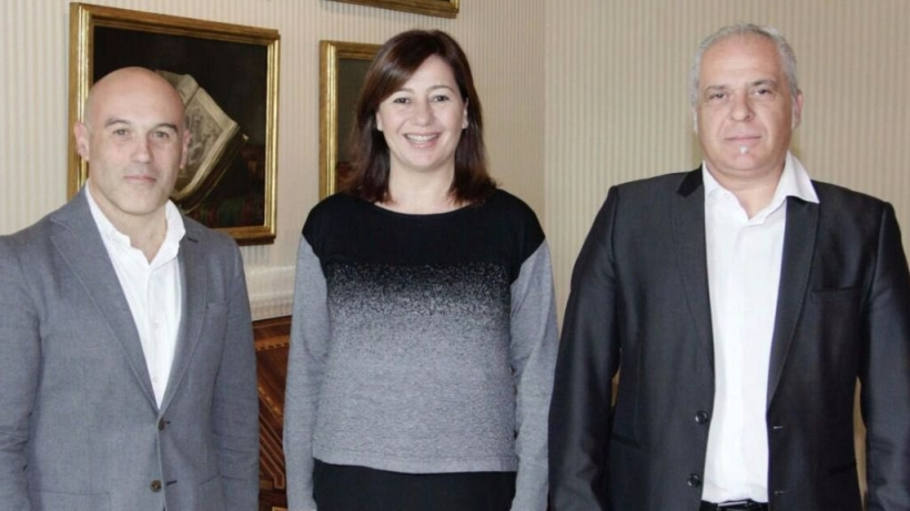 Francina Armengol posa junto a Zoilo Muñoz (izq) y Jesús Jiménez, representantes de AUGC