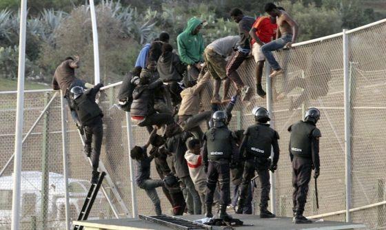 Agentes en la valla fronteriza de Melilla