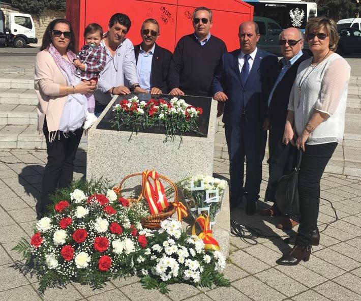 El secretario general de AUGC Toledo (en el centro con gafas oscuras), junto con varias víctimas del terrorismo
