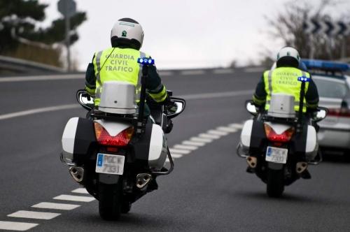 Dos motoristas de la Agrupación de Tráfico de la Guardia Civil.