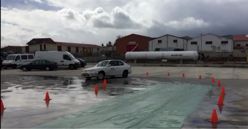 Un conductor realiza prácticas con un vehículo en el curso ofrecido por AUGC Burgos