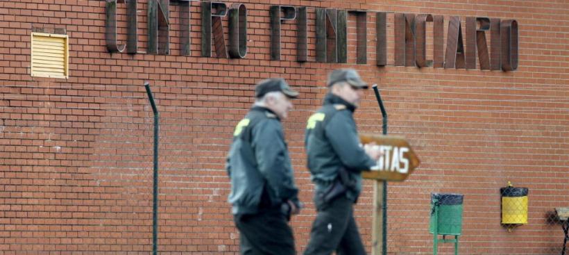 Dos guardias civiles frente a un centro penitenciario.