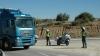 Dos agentes de Tráfico desviando un camión