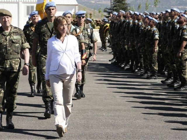 Carme Chacón, embarazada, pasando revista a las tropas.