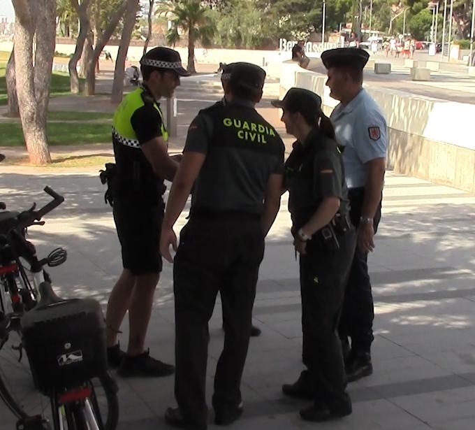 Guardias civiles y policías locales en una localidad costera durante el verano.